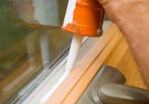 sealing-window-with-caulk